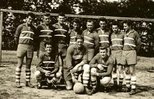 Fotografie fotbalistů ze sezony 1955 – 1956. Stojící zleva  Veselý Josef 21fa8ab5b6